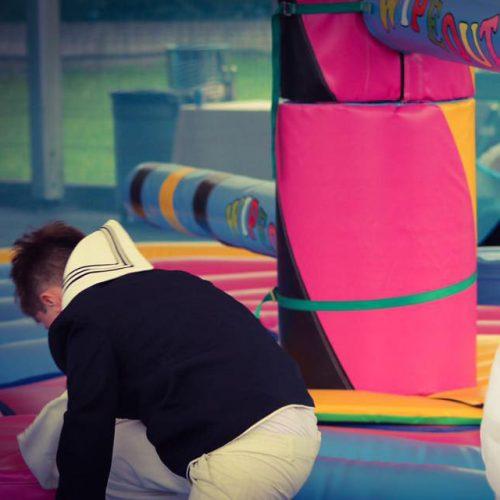 primeras comuniones, niños jugando en zona infantil