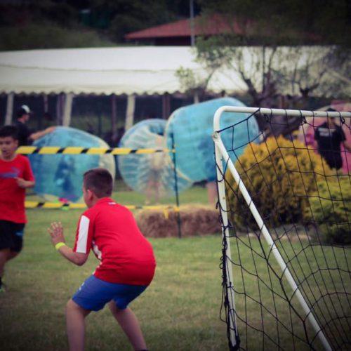 primeras comuniones, niños jugando futbol en exteriores