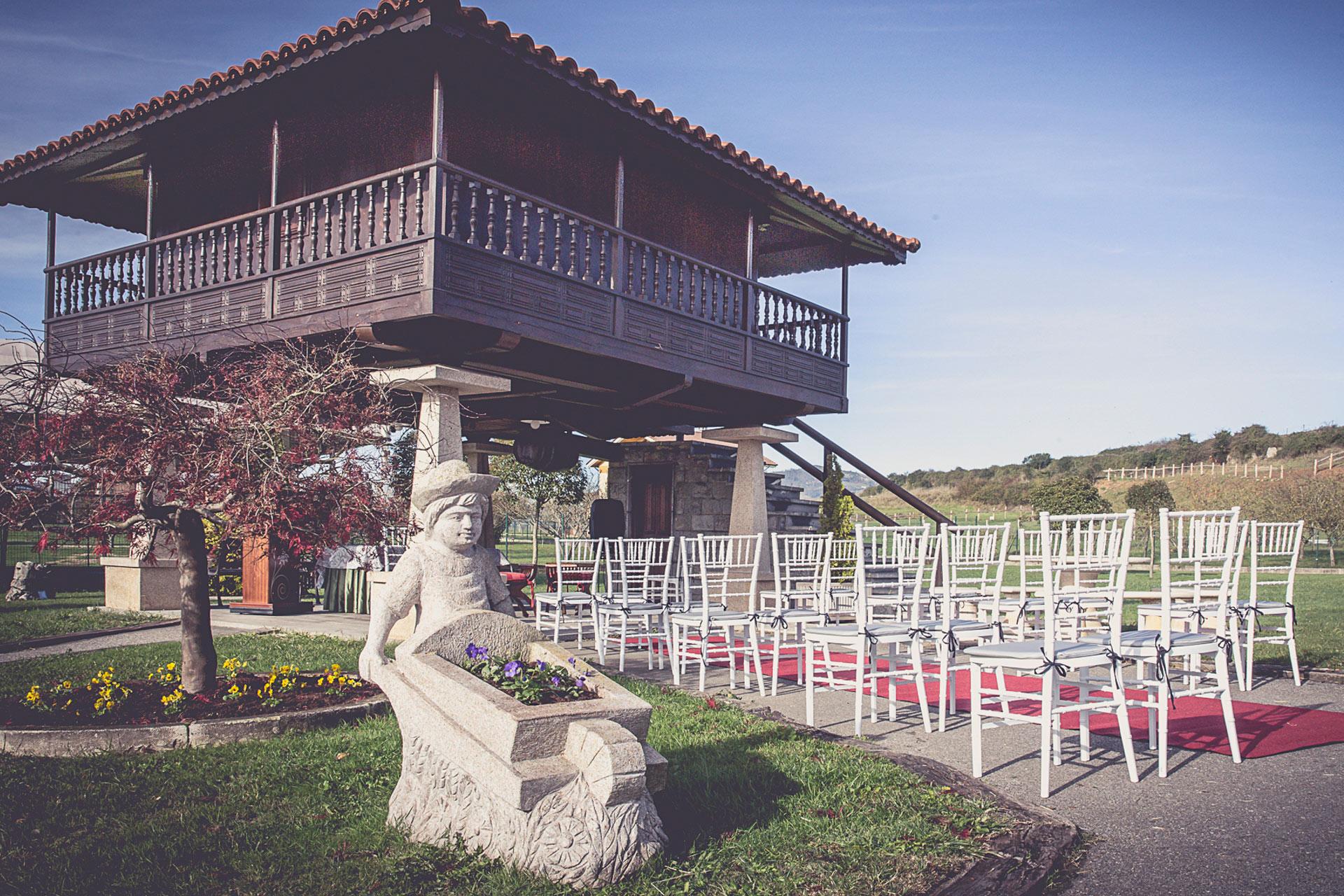 exterior restaurante jardines, horreo montado para ceremonia
